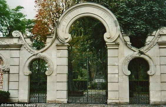 cemetery, Cimetière des Chiens et Autres Animaux Domestiques, dogs, purebred dogs, Barry,Saint Bernard,St.Bernard,Rin Tin Tin, German Shepherd Dog